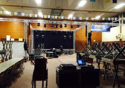 Vorbereitung des Bühnenbaus für ein Konzert